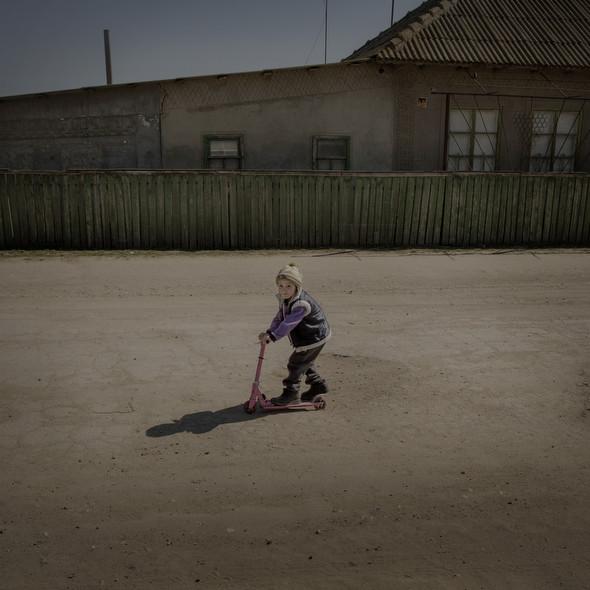 Георгий катается на самокате в молдавском селе Бешалма. Фото Asa Sjöström