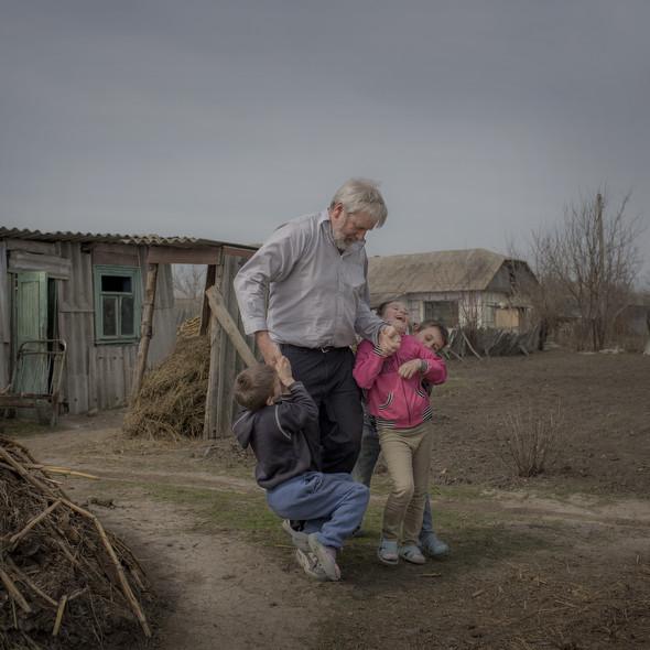 Хью Шуддер (Hugh Scudder) из благотворительной организации Христианский Ответ (Christian Response), проводит время с детьми села Баронча. Он приезжает в Молдову с начала 90х. Фото Asa Sjöström