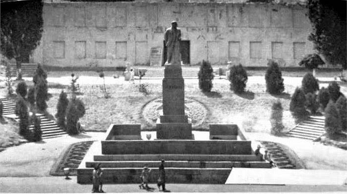Ленин и позади него - остатки архиерейского дома.