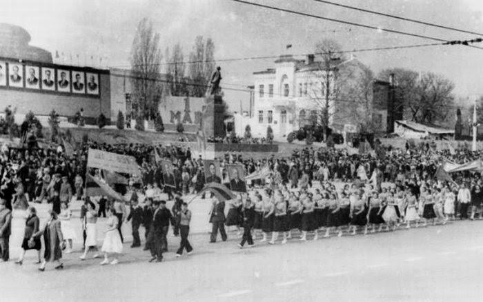 Первомайская демонстрация на фоне остатков Митрополии, 1950-е гг.