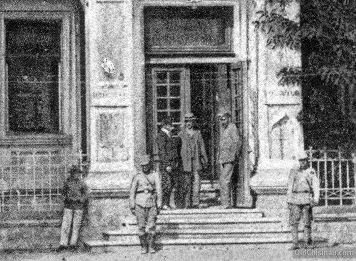 Кишинёвцы в центре города.