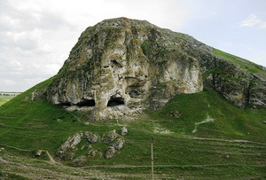 Риф Бутешть. Скала состоит из небольших пещер, которые служили убежищем для животных во время ледникового периода и во времена первобытного человека.