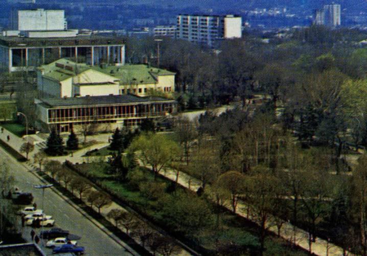 Аллея Дружбы (справа, в парке). 1980- е гг.