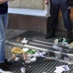 Домника Чемортан завалила примэрию мусором