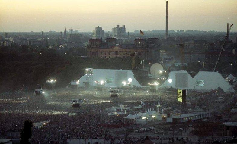 Bundesarchiv_Bild_183-1990-0722-402,_Berlin,_Aufführung_der_Rockoper_%22The_Wall%22