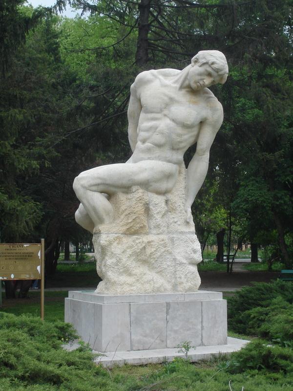 Статуя Gigantul в парке Carol I, в Бухаресте.