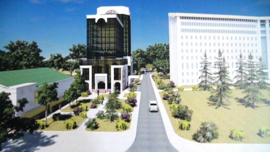 Эксиз нового отеля (здание слева) у парламента дважды был забракован.