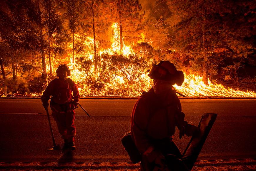 Пожарные борются с сильнейшим лесным пожаром, прозванным Королевским Огнем из-за масштабов стихии. Калифорния (США), 16 сентября 2014 года. Фото: Noah Berger / Reuters