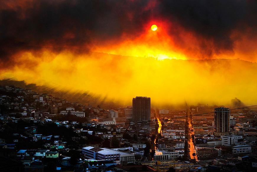 Пожар в чилийском городе Вальпараисо. За три дня в огне погибли 16 человек, сгорело около 3 тысяч домов. 12 апреля, Вальпараисо (Чили). Фото: Alberto Miranda / AFP
