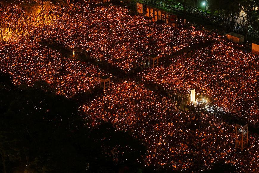 Десятки тысяч людей зажгли свечи в гонконгском парке «Виктория» в память о событиях 25-летней давности на площади Тяньаньмэнь. Китай, 4 июня 2014 года. Фото: Paul Yeung / Reuters