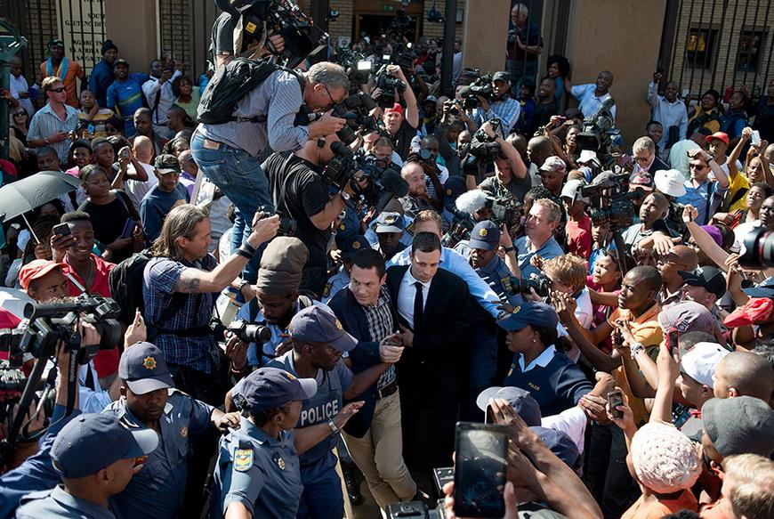 Южноафриканский легкоатлет-ампутант Оскар Писториус выходит из здания суда после оглашения вердикта. Спортсмена приговорили к пяти годам тюремного заключения за непредумышленное убийство его подруги Ривы Стенкамп. 11 сентября, Претория (ЮАР). Фото: Mujahid Safodien / AFP