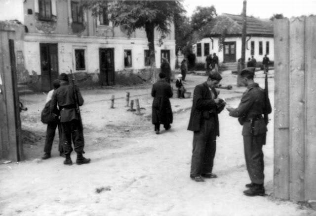 Вход и выход из гетто был возможен только для неевреев и по пропускам