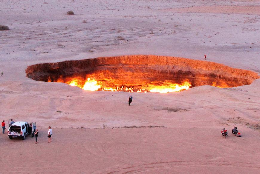 Туристы около газового кратера «Ворота в ад» посреди пустыни Каракум. 3 мая, Туркменистан.