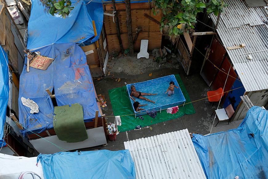 Заброшенная фабрика в Рио-де-Жанейро, в которой поселилось более двух тысяч семей, не включенных в правительственную программу Minha Casa, Minha Vida («Мой дом, моя жизнь»). Бразилия, 17 октября 2014 года. Фото: Pilar Olivares / Reuters