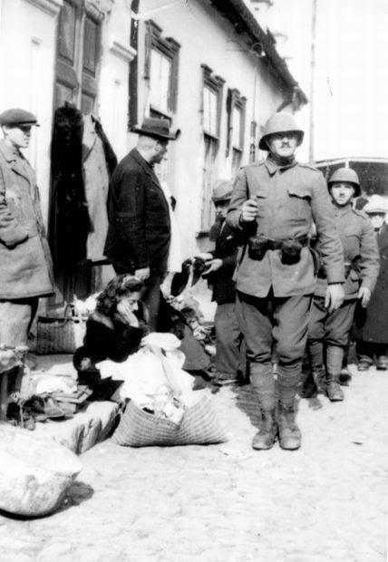 Румынские солдаты на рынке еврейского гетто Кишинёва.