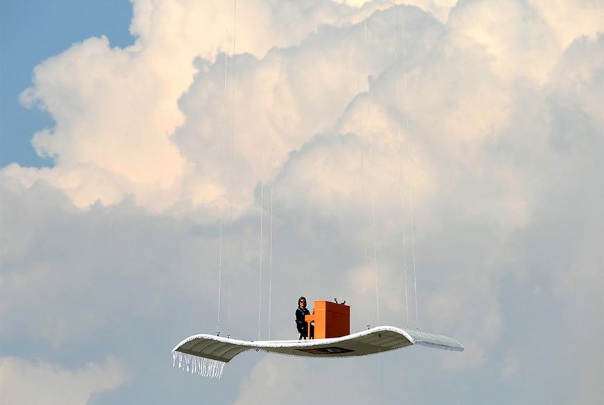 Немецкий пианист Стефан Арон исполняет фортепианный концерт на «ковре-самолете», прикрепленном к вертолету. 23 июля, Мюнхен (Германия). Фото: Christof Stache / AFP