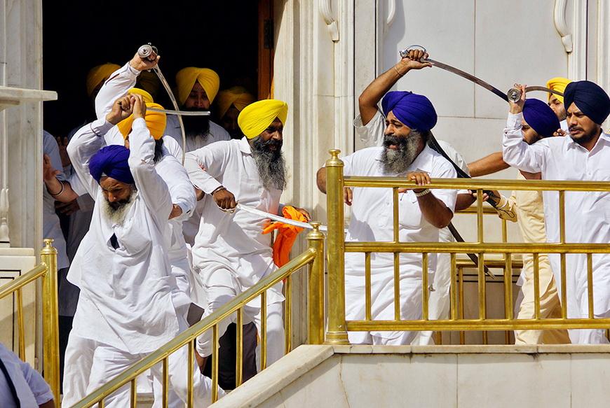 Сикхи во время столкновения в святом для них Золотом храме. Амритсар (Индия), 6 июня 2014 года. Фото: Munish Sharma / Reuters