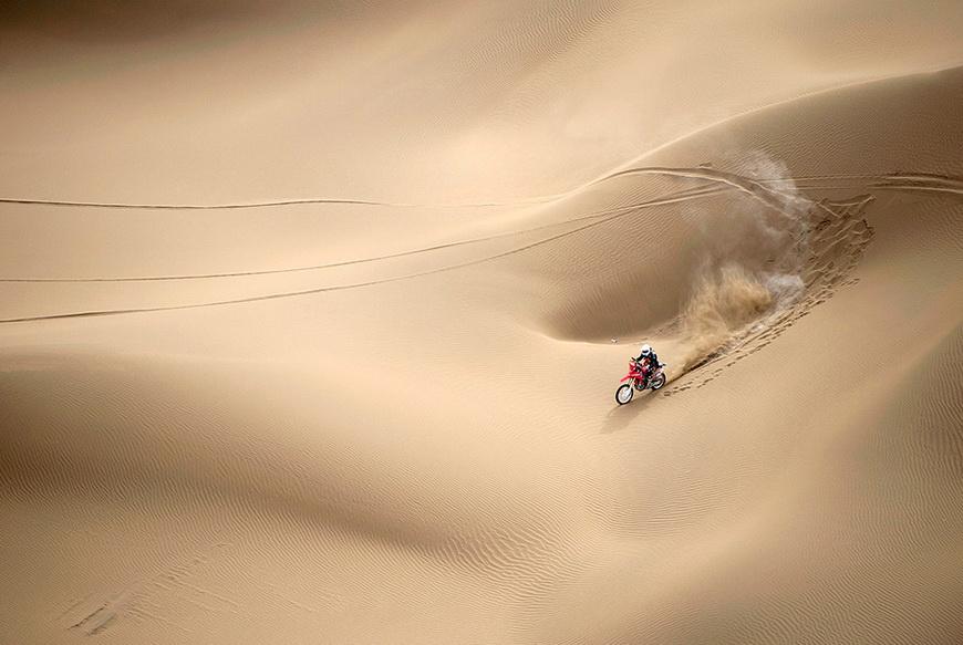Мотоциклист на ралли «Такла-макан». Китай, 31 мая 2014 года. Фото: China Daily / Reuters