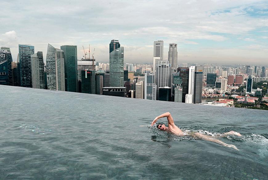 Австралийский пловец Кристиан Шпренгер в бассейне на крыше 55-этажного отеля Marina Bay Sands. 20 мая, Сингапур. Фото: Roslan Rahman / AFP