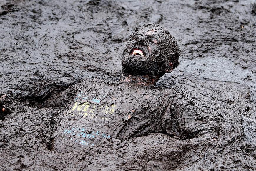 Участник благотворительного грязевого забега. 14 сентября, Портдаун (Великобритания). Фото: Paul Faith / AFP