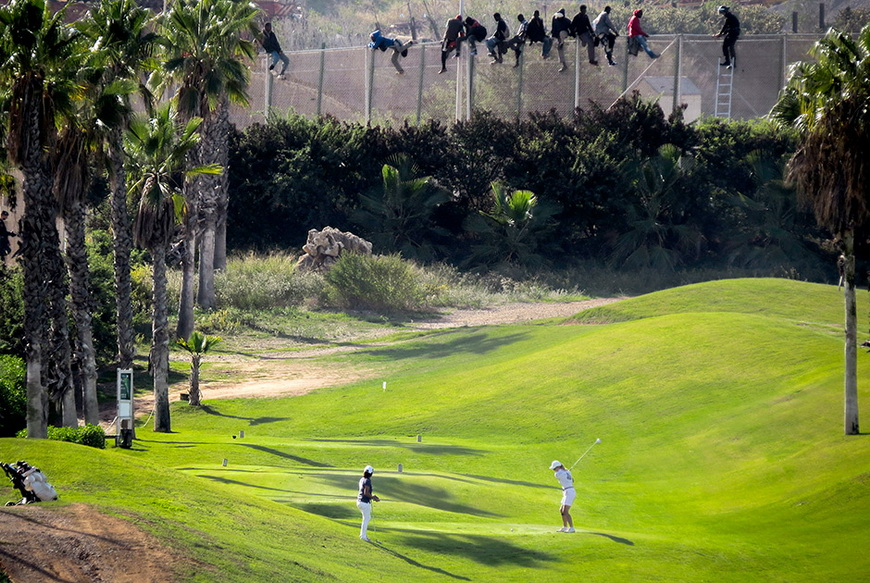 Марокканские мигранты пытаются пересечь границу с Испанией. 22 октября 2014 года. Фото: Jose Palazon / Reuters