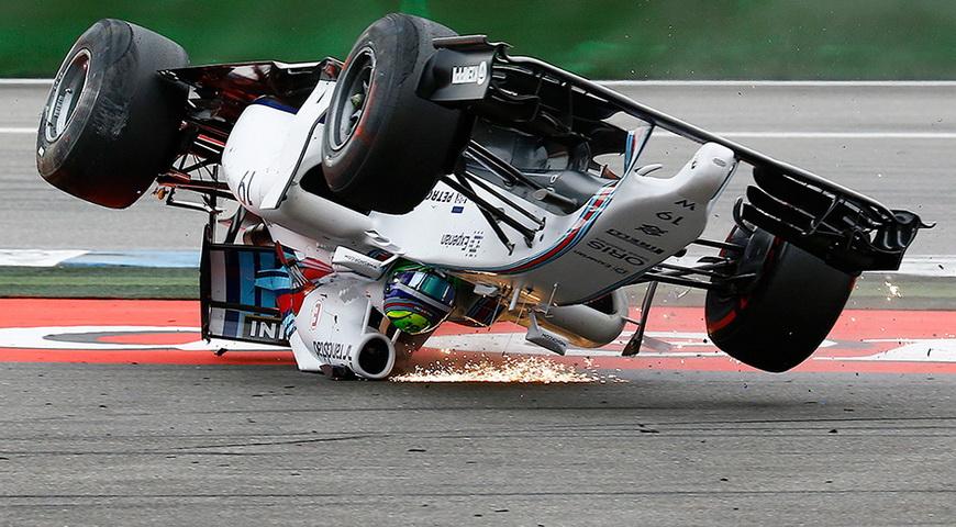 Гонщик «Формулы-1» Фелипе Масса на первом после старта повороте во время Гран-при Германии, 20 июля 2014 года. Фото: Kai Pfaffenbach / Reuters