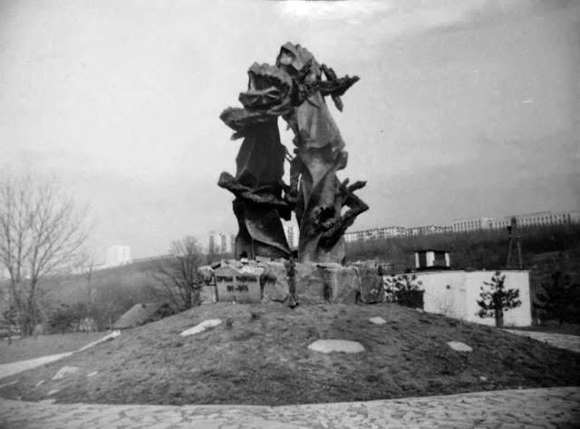 Памятник жертвам фашизма, установленный у Вистерничен на месте массовых расстрелов.