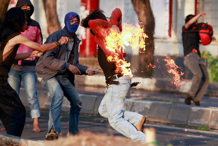 Индонезийский студент, в которого попала бутылка с зажигательной смесью во время массовой демонстрации протеста против поднятия цен на бензин. Индонезия, 19 ноября 2014 года. Фото: Yusuf Ahmad / Reuters