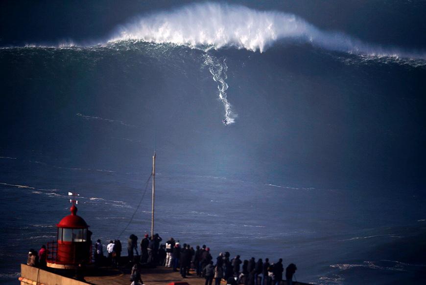 Серфер в Прайа-ду-Норт (Португалия). 11 декабря 2014 года. Фото: Rafael Marchante / Reuters
