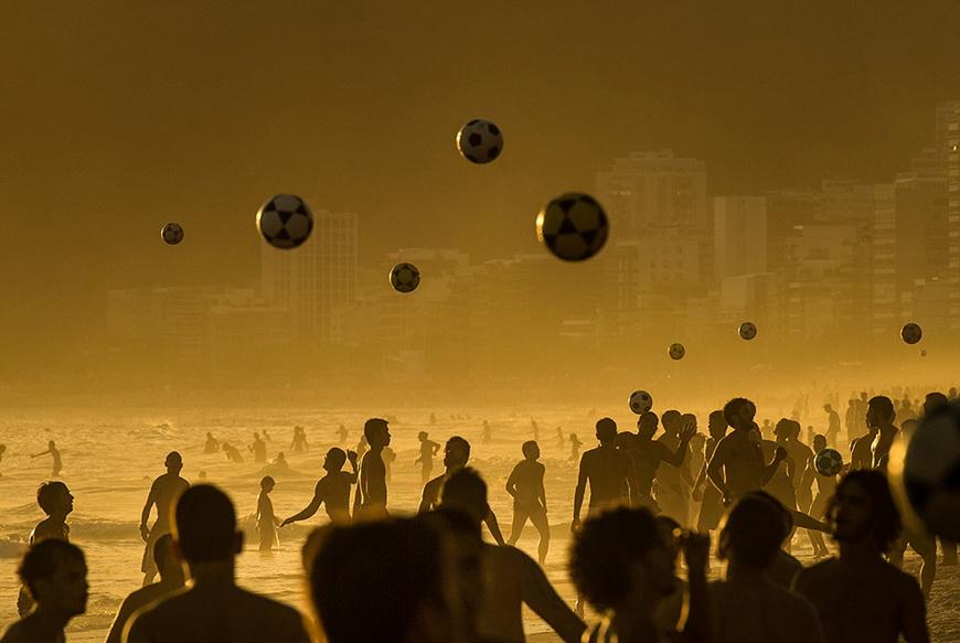 Люди на закате играют в футбол на пляже Ипанема. 9 января, Рио-де-Жанейро (Бразилия). Фото: Yasuyoshi Chiba / AFP