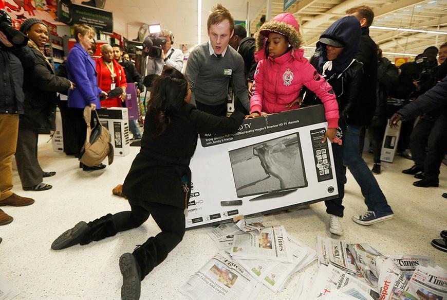 Спор покупателей из-за телевизора на распродаже в «черную пятницу», Лондон, 28 ноября 2014 года. Фото: Luke MacGregor / Reuters