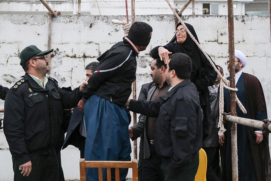 Женщина прощает убийцу своего сына, скончавшегося в 2007 году от ножевого ранения, полученного в уличной драке. По действующему в Иране закону, родные жертвы могут принимать участие в казни преступника. Однако вместо того, чтобы выбить табуретку из-под ног убийцы, женщина сняла петлю с его шеи, тем самым подарив ему жизнь. 15 апреля, Нур. Фото: Arash Khamooshi / AFP
