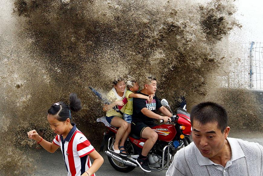 Приливная волна на берегу Цяньтан. Юго-восток Китая, 13 августа 2013 года.