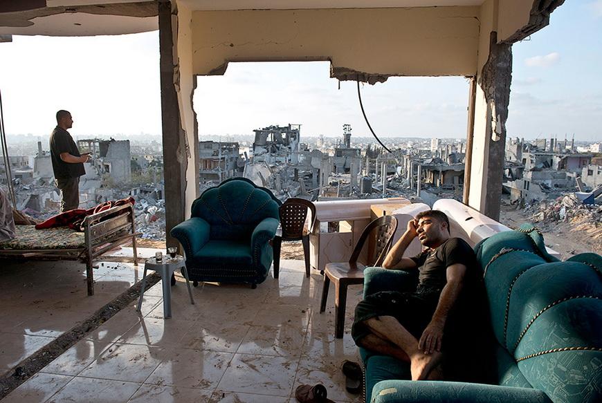 Адель и Мухаммед в их доме, пострадавшем в ходе израильских бомбежек. 16 августа, Аль-Шааб. Фото: Roberto Schmidt / AFP