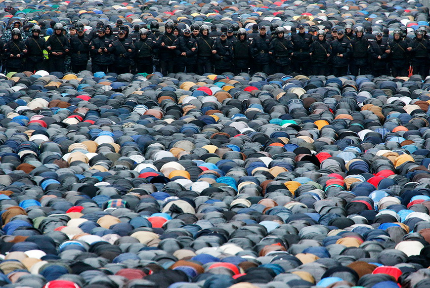 Полиция охраняет порядок во время молитвы на Курбан Байрам. Москва, 4 октября 2014 года. Фото: Сергей Карпухин / Reuters