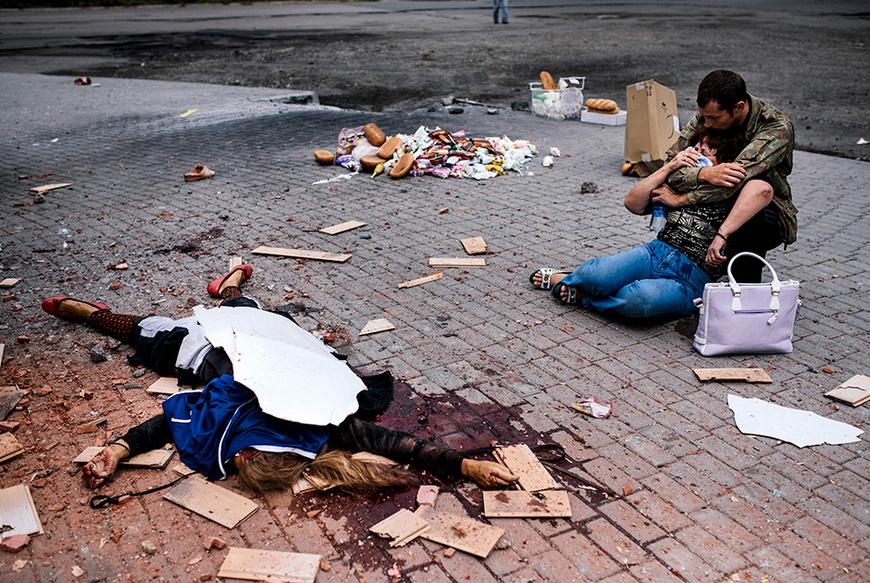 Женщина оплакивает дочь, погибшую при обстреле украинского города Макеевка. 19 августа, Макеевка (Украина). Фото: Dimitar Dilkoff / AFP