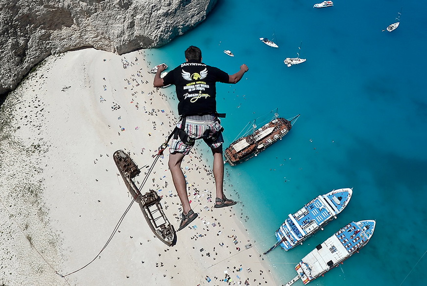 Роупджампер Лукас Мичул из команды Dream Walker над бухтой Навагио. 23 июня, Греция. Фото: Louisa Gouliamaki / AFP