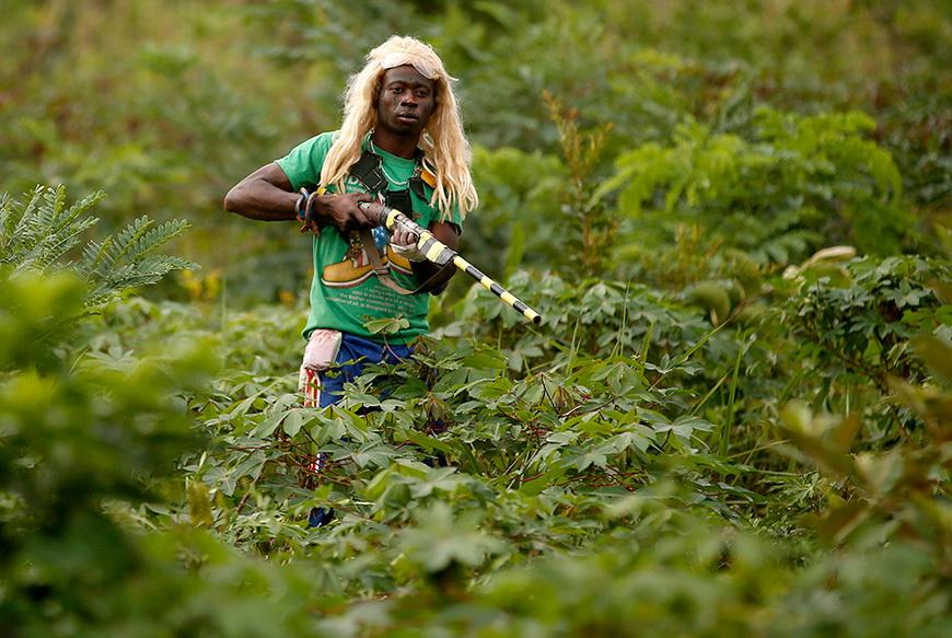 Член христианского вооруженного ополчения патрулирует джунгли в районе деревни Зава. ЦАР, 8 апреля 2014 года. Фото: Goran Tomasevic / Reuters