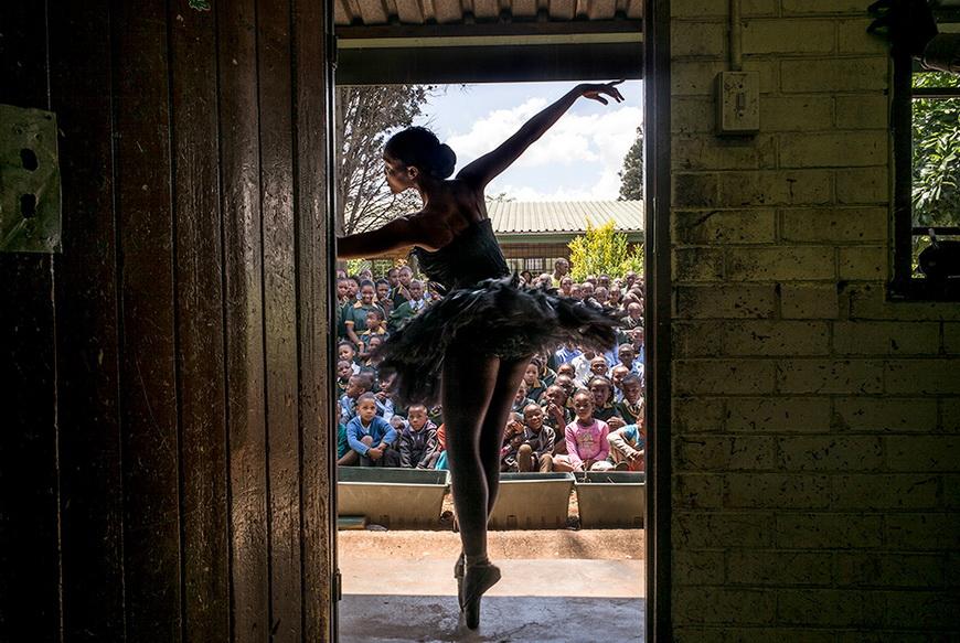 Солистка Южноафриканского театра балета выступает перед учениками начальной школы в Соуэто. 16 октября, Соуэто (ЮАР). Фото: Marco Longari / AFP
