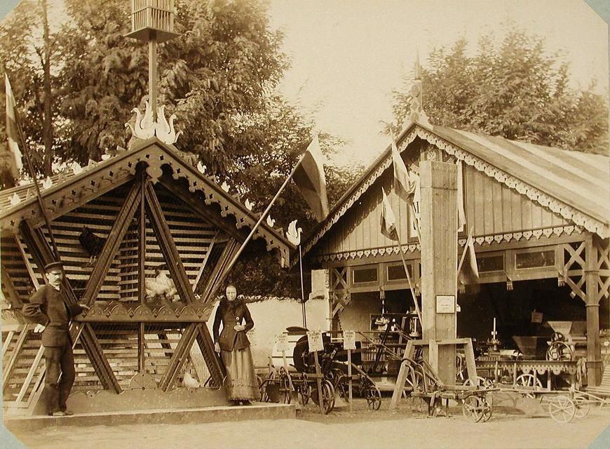 Посетители Бессарабской сельскохозяйственной выставки у курятника; справа - экспонаты одного из павильонов машинного отдела.