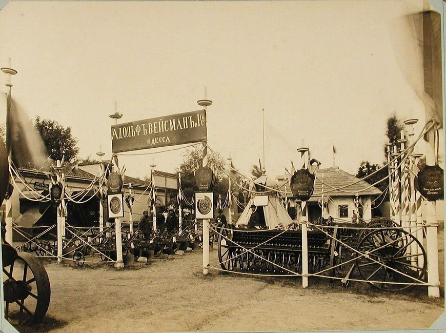 Экспонаты фирмы Адольф Вейсман и К. в одном из павильонов машинного отдела выставки.