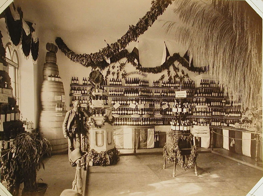 Внутренний вид одного из павильонов, где выставлены Аккерманские вина различных производителей.