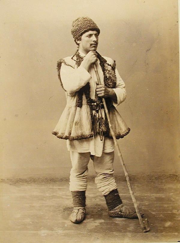Один из участников выставки в костюме чабана.
