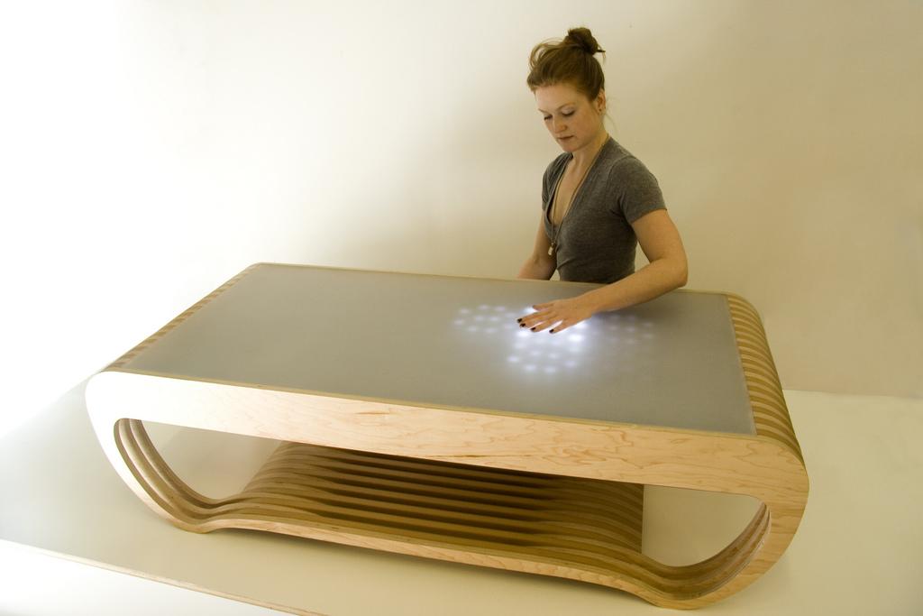 Стол с интерактивными светящимися ледовыми лампочками.  фото: because we can