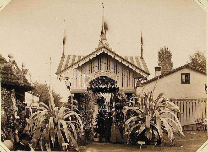 Посетители выставки за осмотром образцов продукции в павильоне князя Г.И.Манукбея.