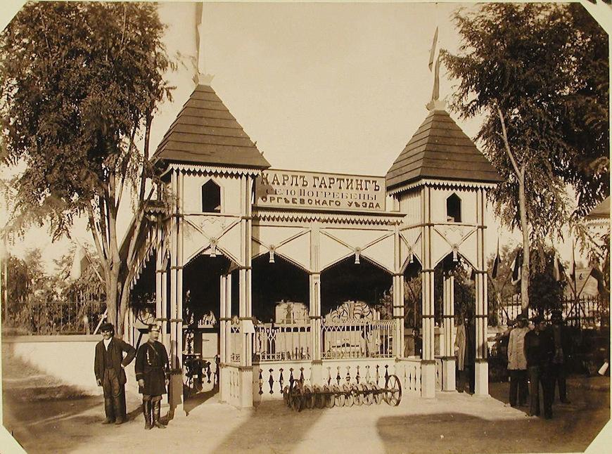 Вид одного из павильонов машинного отдела выставки, где размещены образцы продукции фирмы Карл Гартинг (село Погребены Оргеевского уезда).
