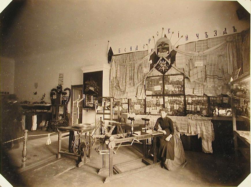 Внутренний вид одного из павильонов отдела шелководства, где выставлены образцы продукции различных артелей Бендерского уезда.