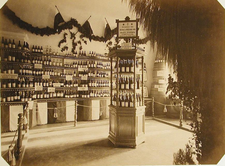 Внутренний вид одного из павильонов Бессарабского винного отдела выставки; в центре - образцы продукции с виноградников Федора Ивановича Семиградова.