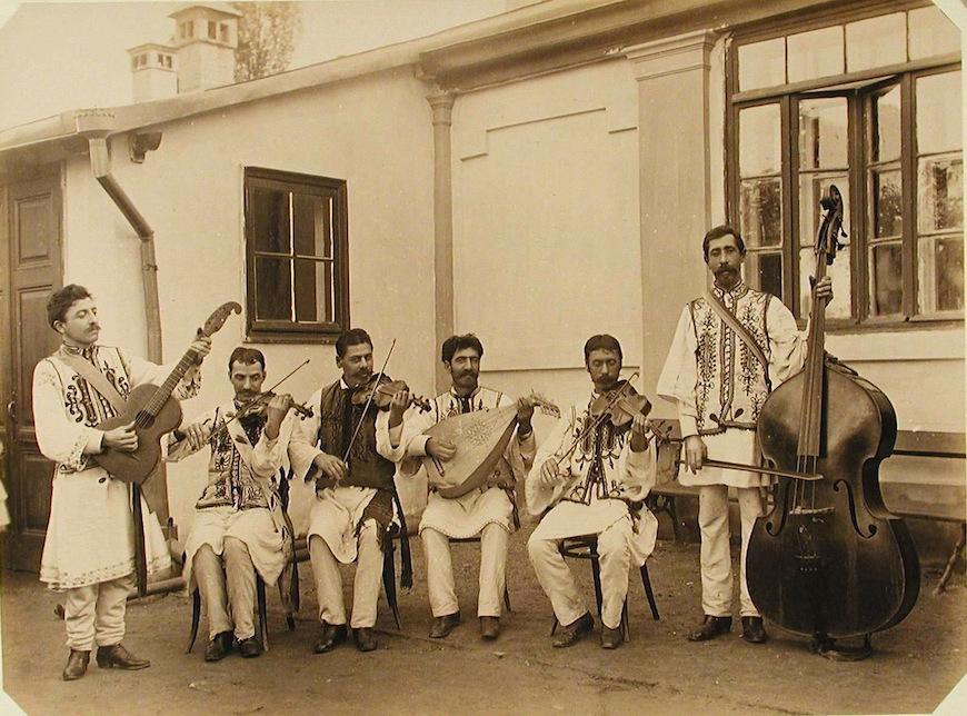 Музыканты румынского струнного оркестра у одного из павильонов выставки.