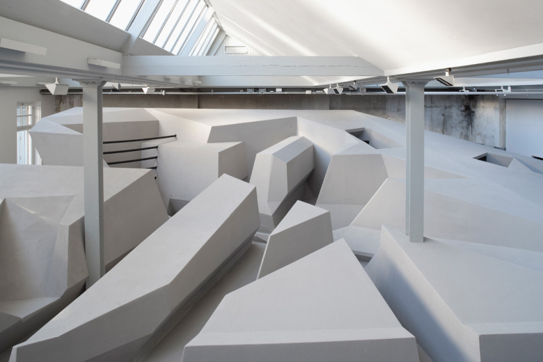 futuristic-office-concept-in-amsterdam-doesnt-have-chairs-or-desks-5